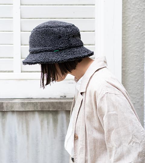 私たちが被るボア帽子。