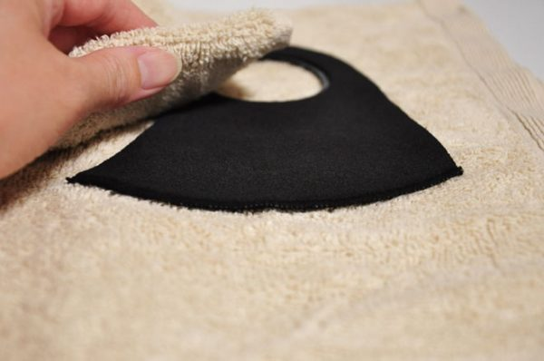 ウレタンマスクの洗い方④:やさしく水気を取る